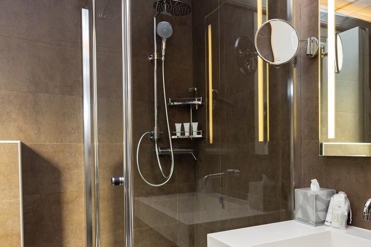 Puliti e ampi bagni nelle camere del Glam Boutique Hotel
